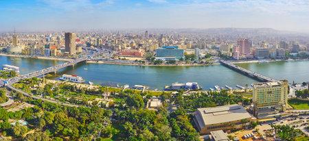 KAIRO, ÄGYPTEN - 24. DEZEMBER 2017: Luftaufnahme des Innenstadtbezirks von der Insel Gezira, getrennt durch den Nil, am 24. Dezember in Kairo