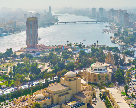 CAIRO, EGYPT - DECEMBER 24, 2017: The view on green Gezira Island with quarter of arts, lush greenery and winding Nile river on background, on December 24 in Cairo. 新聞圖片