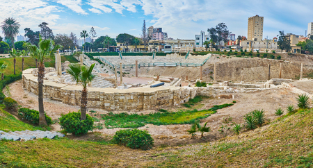 Panorama de l'amphithéâtre romain de Kom Ad Dikka site archéologique avec parc verdoyant pittoresque autour de ruines antiques, Alexandrie, Egypte.