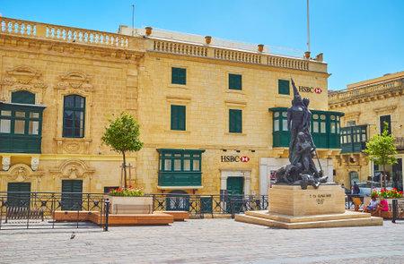 VALLETTA, MALTA - JUNE 17, 2018: The Sette Giugno Monument in St George's Square (Palace Square) with scenic old edifices on background, on June 17 in Valletta. Sajtókép