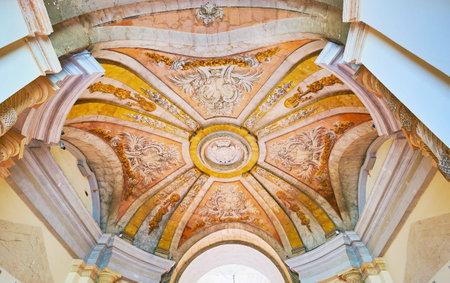 VALLETTA, MALTA - 17 de junio de 2018: La cúpula del pórtico del Palacio del Gran Maestro está decorada con estuco y detalles pintados, el 17 de junio en La Valeta. Editorial