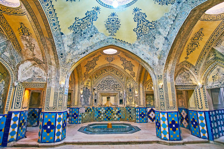 KASHAN, IRAN - OCTOBER 22, 2017: Garmkhaneh Hall of Hammam-e Sultan Amir Ahmad (Qasemi Bath) is decorated with carved stucco details, painted arabesques and floral patterns, bright glazed tile, on October 22 in Kashan. Éditoriale