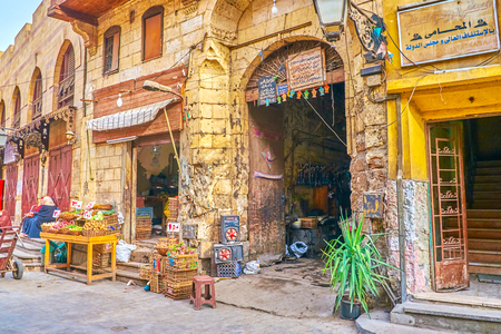 CAIRO, EGYPT - DECEMBER 23, 2017: The old grocery shop and shabby cafe for locals in Islamic districtin Cairo, Egypt, on December 23 in Cairo Redactioneel