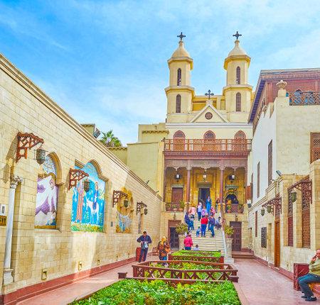 KAIRO, ÄGYPTEN - 23. DEZEMBER 2017: Der Hauptweg zur hängenden Kirche, bekannteste koptisch-orthodoxe Kirche in Ägypten, am 23. Dezember in Kairo