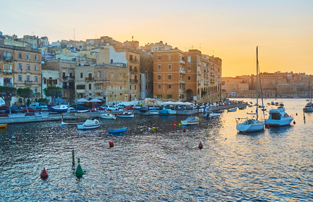 Sunset is the best time to enjoy the beauty of medieval Senglea city, its coastal neighborhoods and port, Malta. Banque d'images