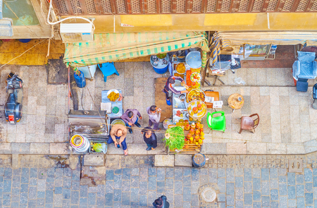 CAIRO, EGYPT - DECEMBER 20, 2017: Aerial view of the street of Khan el Khalili bazaar with tables of outdoor cafe and people, walking there, on December 20 in Cairo. 写真素材 - 115121234