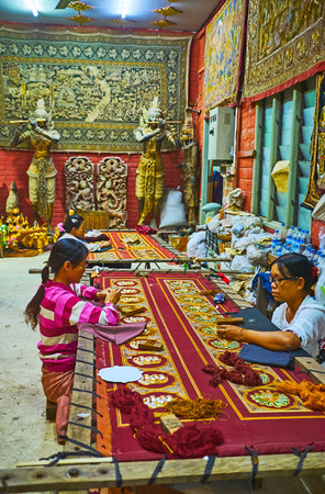 MANDALAY, MYANMAR - FEBRUARY 21, 2018: Explore Shwe-gui-do Quarter with its traditional workshops, producing embroidered tapestries, wooden sculptures, string puppets and rugs, on February 21 in Mandalay. Redactioneel