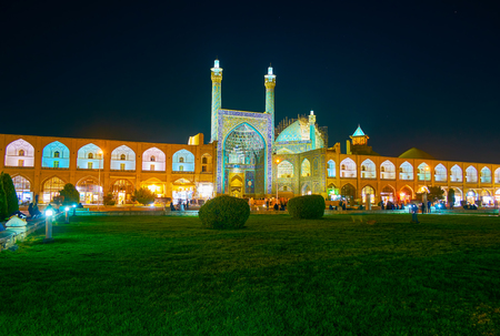 The garden in Naqsh-e Jahan Square becomes especially cozy in night lights and illuminated surrounding buildings, Isfahan, Iran 版權商用圖片