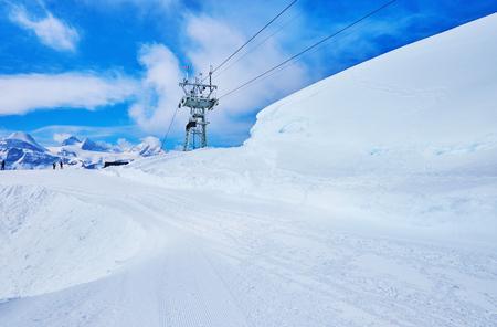 I pendii innevati del monte Krippenstein della catena montuosa del Dachstein offrono piste superiori per gli sciatori, gli snowboarder e sentieri per le racchette da neve, Obertraun, Salzkammergut, Austria.