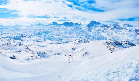 Der Hang des Krippenstein überblickt das Dachsteinmassiv der Nördlichen Kalkalpen mit seinen Gletschern, scharfen Kegeln, nebligen Gipfeln und den besten Skipisten im Salzkammergut, Obertraun, Österreich.
