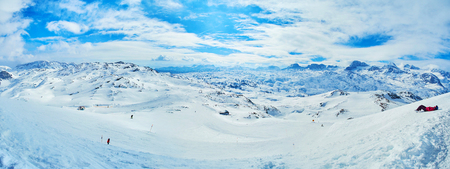 Panorama of the ski trails on the slope of Krippenstein mount with sharp peaks of Dachstein Alps on horizon, Salzkammergut, Austria. Archivio Fotografico