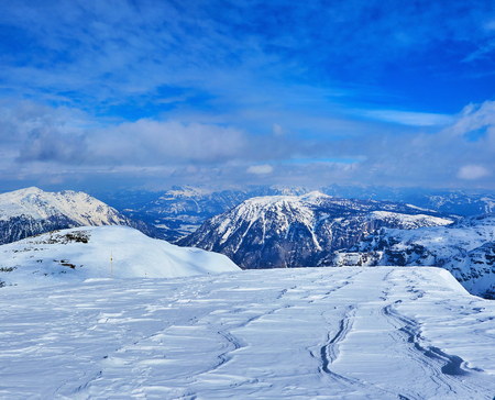 Visit Dachstein-Krippenstein and enjoy the views on great Northern Limestone Alps, covered with snow and surrounded by fluffy clouds, Salzkammergut, Austria. Archivio Fotografico