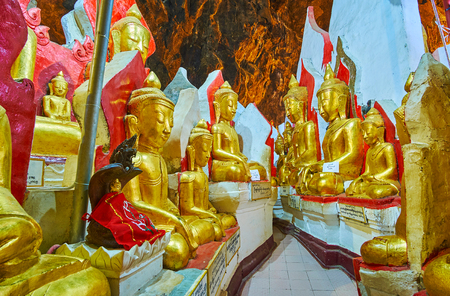 PINDAYA, MYANMAR - FEBRUARY 19, 2018:  The chaotically standing statues of Buddha divide the large hall of Pindaya cave into the maze of curved narrow corridors and alleys, on February 19 in Pindaya 報道画像