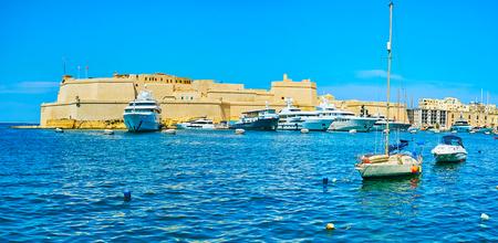 Panorama of Fort Saint Angelo, surrounded by azure waters of Valletta Grand Harbor, Birgu, Malta. Banco de Imagens