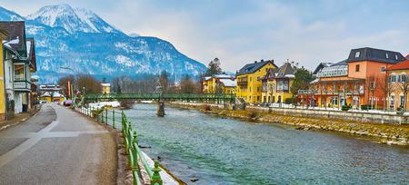 El paisaje urbano con el río Traun, el puente peatonal Taubersteg y el monte Katrin en el fondo, Bad Ischl, Salzkammergut, Austria.