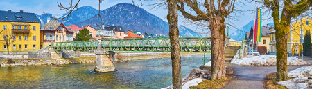 Enjoy the park in Traunkai embankment of Traun river with a view on Taubersteg bridge and housing of Bad Ischl, Salzkammergut, Austria Zdjęcie Seryjne