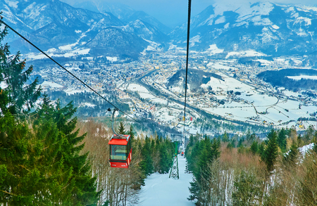 Enjoy the cable car journey to the Mount Katrin - one of the popular tourist and ski sites, located next to Bad Ischl, Salzkammergut, Austria 免版税图像