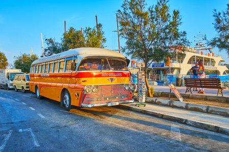 SLIEMA, MALTA - 19 de junio de 2018: El autobús vintage AEC-Reliance, estacionado en el paseo marítimo, sirve como tienda de souvenirs y atrae a los turistas, paseando por el puerto, el 19 de junio en Sliema