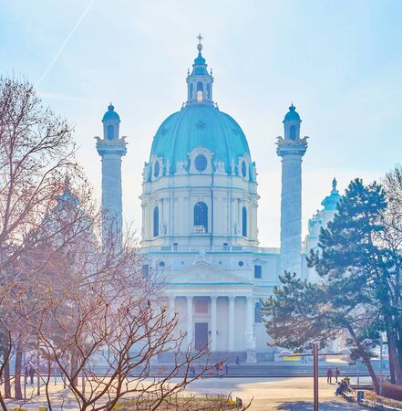 The beautiful view on the magnigicent Karlskirche through the trees of Resselpark, Vienna, Austria Standard-Bild