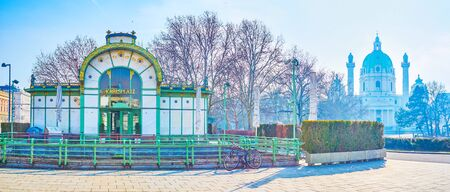 Der Panoramablick auf die wichtigsten Sehenswürdigkeiten des Resselparks, wie die Karlskirche und der kleine Pavillon der ehemaligen Bahnhaltestelle am Karlsplatz im Jugendstil, Wien, Österreich
