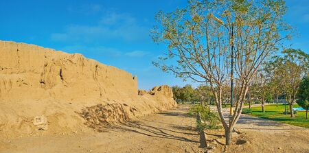 The scenic green Mellat park, located around historical Ghal'eh Jalali adobe fortress, Kashan, Iran 版權商用圖片