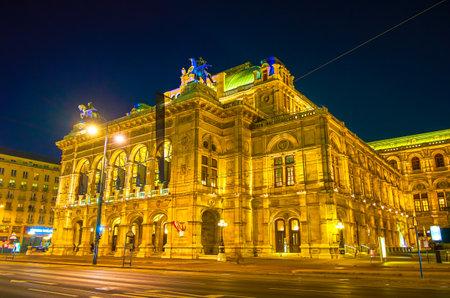 Wiedeń, Austria - 18 lutego 2019: Nocny spacer w Wiedniu i podziwianie pięknego nocnego oświetlenia fasady Opery, 18 lutego w Wiedniu.