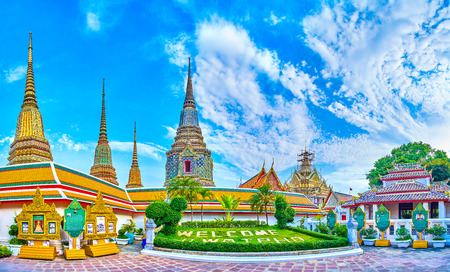 BANGKOK, THAILAND - APRIL 22, 2019: The magnificent four stupas of Phra Maha Chedi Si Rajakarn shrine rise above the other buildings of Wat Pho complex, on April 22 in Bangkok 新聞圖片