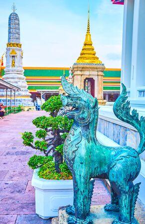 La scultura in bronzo di Singha, il leone mitologico, che custodisce l'ingresso ai templi buddisti, complesso Waty Pho a Bangkok, in Thailandia Archivio Fotografico