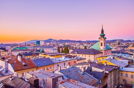 The evening view from Kapuzinenberg hill on the roofs of Salzburg's houses of Neustadt district with bell tower of St.Sebastian Church, Austria Banque d'images