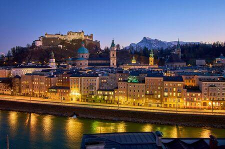 Le ciel sombre du soir sur le vieux Salzbourg donne aux rues illuminées un charme encore plus magique, Autriche