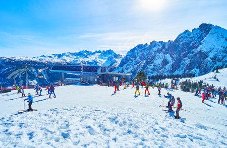 GOSAU, AUSTRIA - 26 FEBBRAIO 2019: Il prato alpino Zwieselalm è pieno di turisti e persone, che si godono l'attività degli sport invernali, il 26 febbraio a Gosau.
