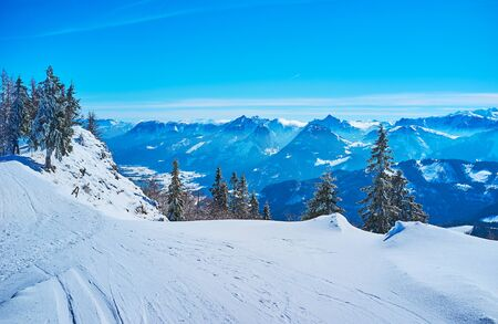 The gentle slope of  Zwolferhorn with wide ski trail, stretching along the mountain edge, St Gilgen, Salzkammergut, Austria Banque d'images - 129371178