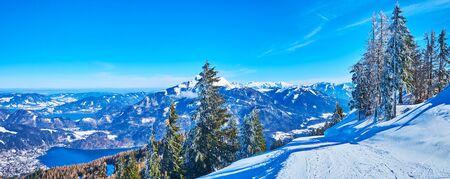 Panorama of superior Salzkammergut landscape from the peak of Zwolferhorn mount - the popular ski area, St Gilgen, Salzkammergut, Austria Banque d'images - 129371508