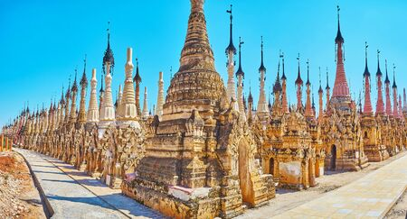 Panorama of preserved ancient stupas, located in Kakku Pagodas site and decorated with molding, fine patterns, Buddha images in niches and scenic hti finials, Myanmar 版權商用圖片