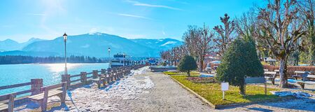 Panorama of the lakeside park, stretcing along the bank of Wolfgangsee lake in St Wolfgang, Salzkammergut, Austria 写真素材 - 130150276