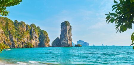Enjoy the tall rocky cliffs of Ao Nang coastline, washed by Andaman sea, Krabi, Thailand Imagens