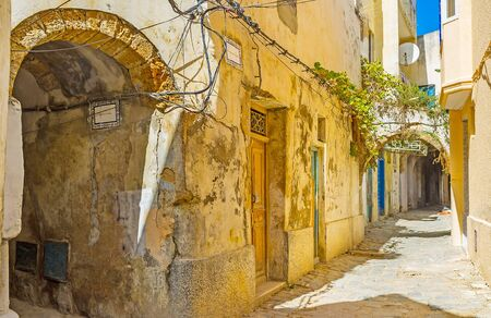 Get lost in maze of Arab Medina streets, alleys, backstreets with numerous dead ends, arched passages and shabby houses, Bizerte, Tunisia Stockfoto