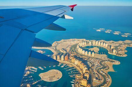 Luftaufnahme der fantastischen Landschaft und der modernen Architektur der künstlichen Insel Pearl-Qatar und der Inselkette Isola Dana an der Küste von Doha im Persischen Golf, Katar Standard-Bild