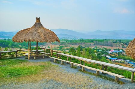 The Yun Lai viewpoint is equipped with wooden benches and small summer houses, Santichon, Pai, Thailand Фото со стока