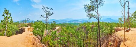Enjoy the panorama of Pai Canyon (Kong Lan) with red steep cliffs, lush greenery and foggy Shan Hills on the background, Thailand Foto de archivo