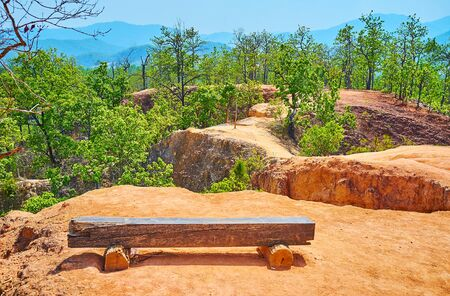 Take a rest on top of Pai Canyon (Kong Lan), sitting on the wooden bench on the edge of the red clay cliff, Thailand Stock fotó