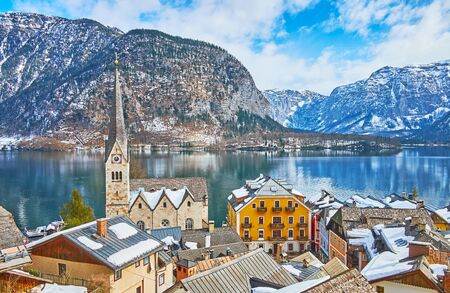 The view on the old town center with historical housing, Evangelical Parish church and clear waters of Hallstattersee lake, Hallstatt, Salzkammergut, Austria. 写真素材 - 130157367