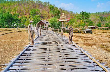 Walk through the old creaky Boon Ko Ku So bamboo bridge,, located among the dried paddy fields in Pai suburb, Thailand Zdjęcie Seryjne - 130157921