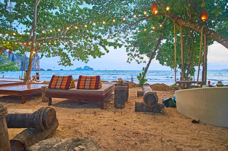 AO NANG, THAILAND - APRIL 25, 2019: The lounge cafe on the Andaman coast is the best place to spend the evening, on April 25 in Ao Nang Редакционное