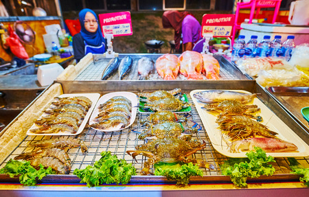 AO NANG, THAILAND - APRIL 25, 2019: The Night Market stall offers dishes of local fish and fresh seafood from Andaman sea, on April 25 in Ao Nang Редакционное