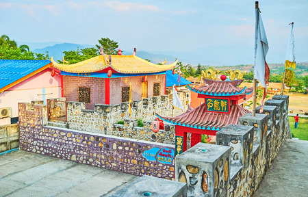 SANTICHON, THAILAND - MAY 5, 2019: Explore the fortress of Chinese Yunnan cultural village with stone walls, red lanterns, sculptures of dragons, foo dogs, sweeping roofs and colorful decorative details, on May 5 in Santichon Редакционное