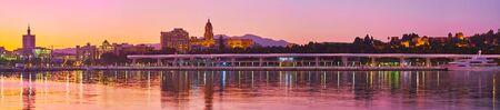 Panorama du coucher de soleil sur la côte de Malaga avec vue sur les principaux monuments de la ville (cathédrale, forteresse de l'Alcazaba et château de Gibralfaro) derrière le port, Costa del Sol, Espagne