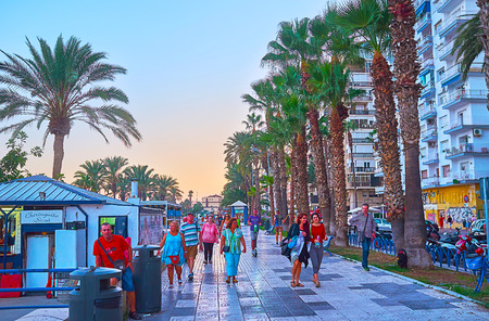 MALAGA, SPAIN - SEPTEMBER 26, 2019: The crowded evening Paseo Maritimo promenade, stretching along the Malagueta beach, on September 26 in Malaga Archivio Fotografico - 134760897