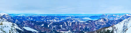 Enjoy the view from Europakreuz viewpoint - the popular tourist spot of Feuerkogel ski resort, observing Traunsee, Langbathsee and Attersee lakes, surrounded by Dachstein Alps, Austria Imagens - 151357156