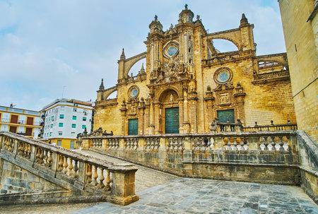 Äußere der mittelalterlichen steinernen Heilig-Erlöser-Kathedrale mit kunstvollen Schnitzereien und Strebebögen, auf der Plaza de la Encarnacion (Platz der Menschwerdung) der Altstadt, Jerez, Spanien